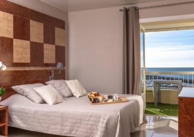 le richmont hotel marseillan chambre lit vue port